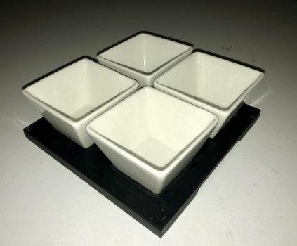 Porcelán kínáló 4 részes 24x24x7,0cm  fa tálon /MÁSOD OSZTÁLY/